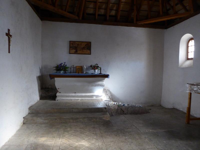 L'intérieur de la chapelle avec à droite de l'autel le rocher de l'ermitage de Saint Savin