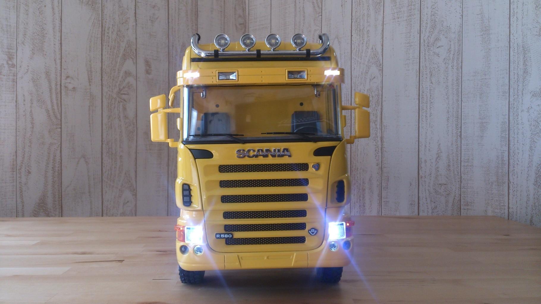スカニア4軸3転ダンプトラック_サンブラインドのタウンライト、ロービーム、ハイビーム点灯
