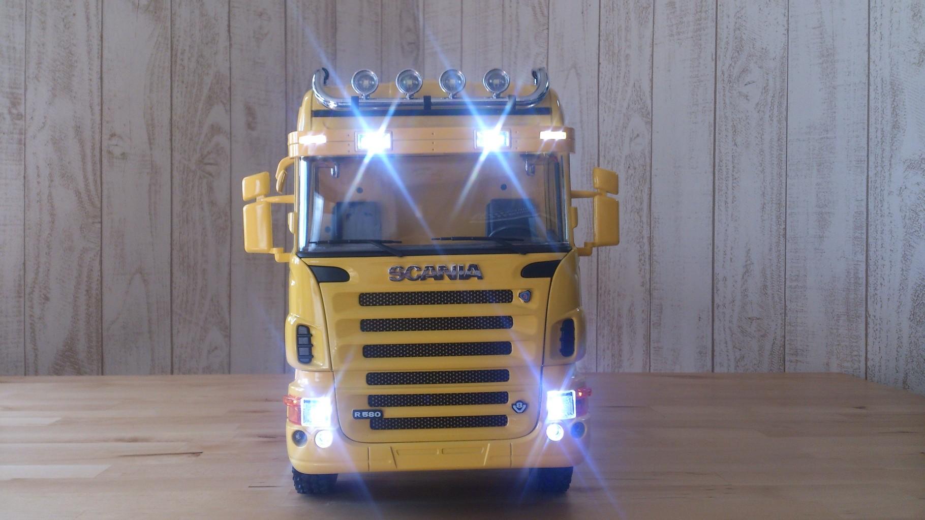 スカニア4軸3転ダンプトラック_サンブラインドのタウンライト、ビームライト、ロービームとハイビーム点灯
