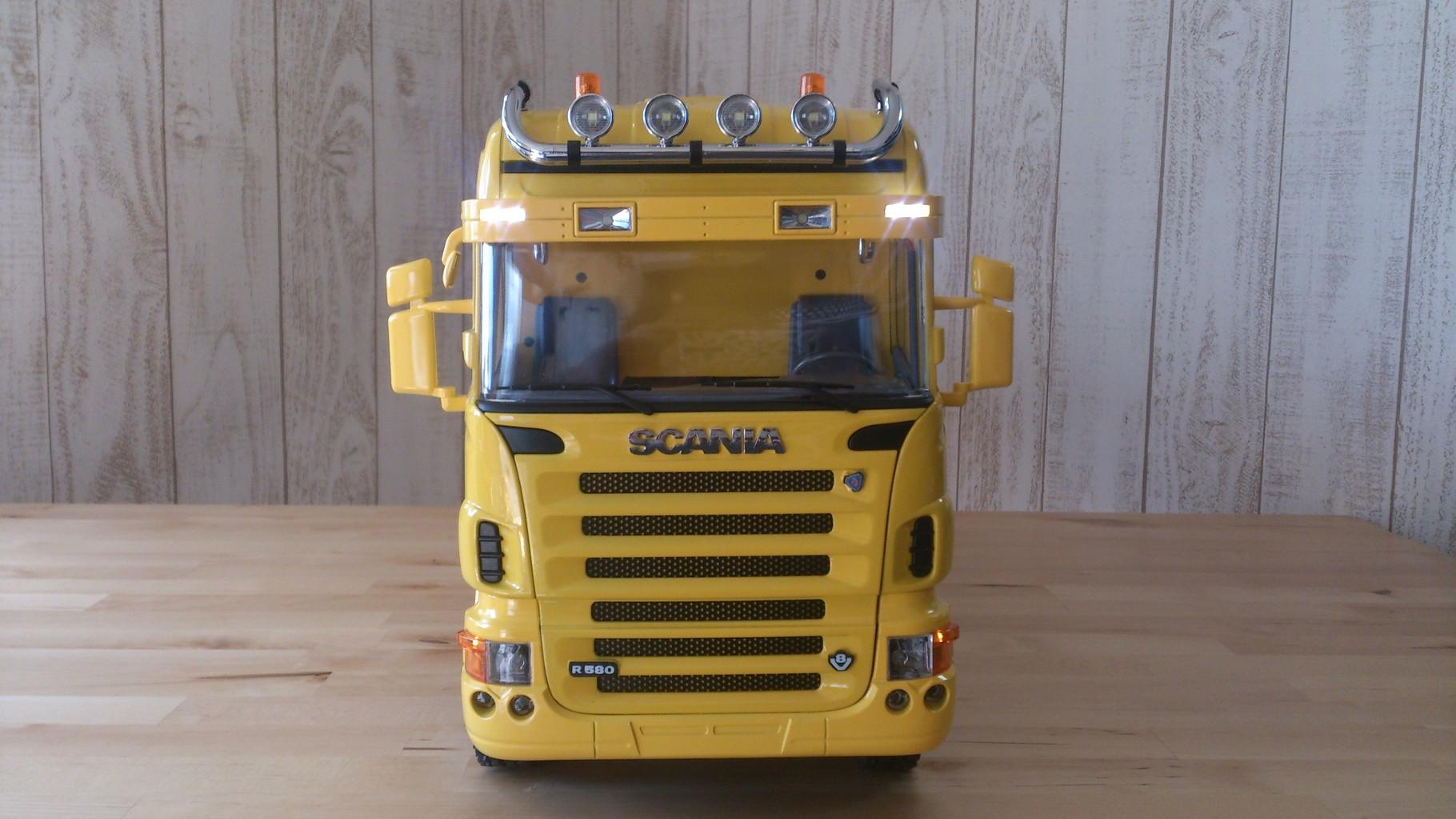 スカニア4軸3転ダンプトラック_サンブラインドのタウンライト点灯