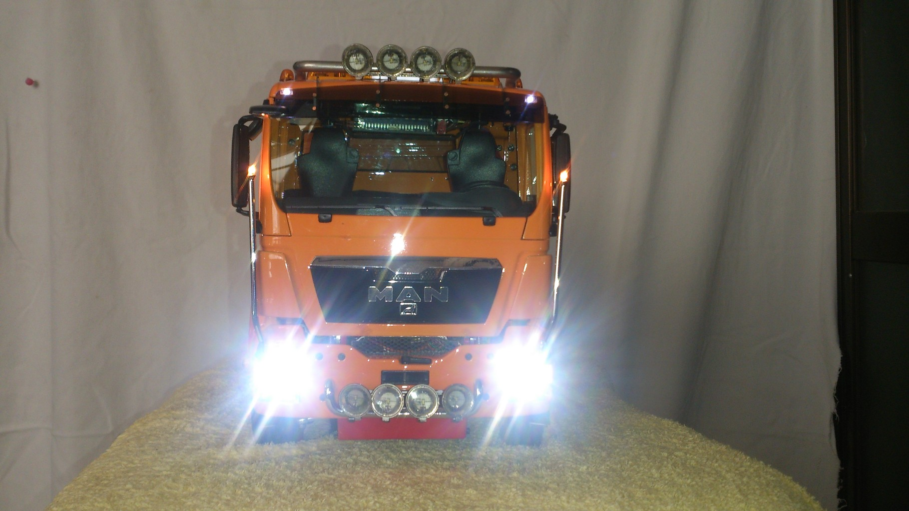 ScaleART MAN TGS 3軸3転ダンプトラック_ロービームとハイビーム点灯