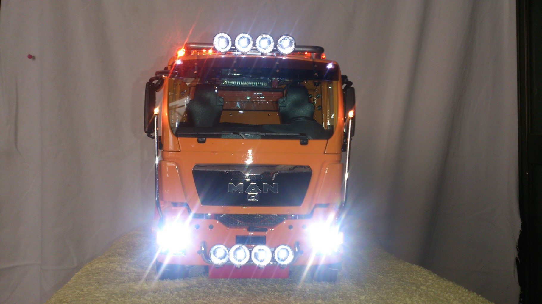 ScaleART MAN TGS 3軸3転ダンプトラック_ルーフライト、フォグライト、ロービームとハイビーム点灯
