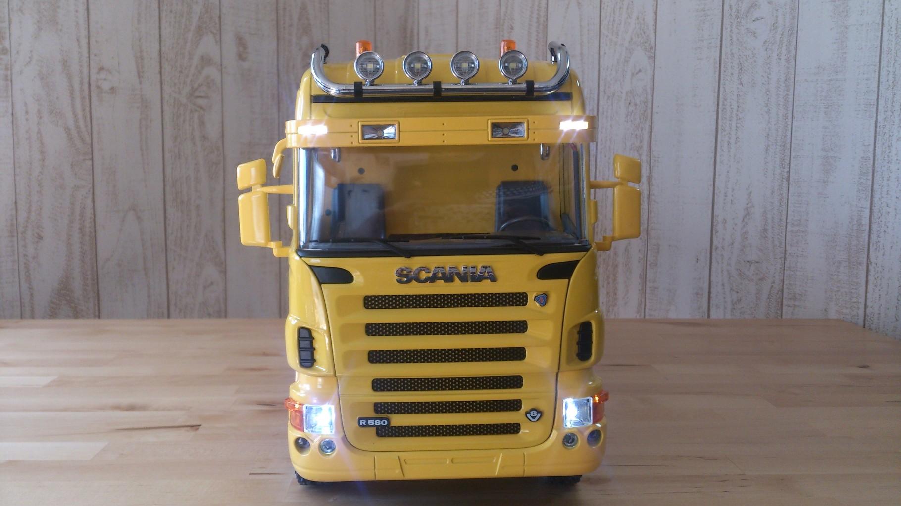 スカニア4軸3転ダンプトラック_サンブラインドのタウンライトとロービーム点灯