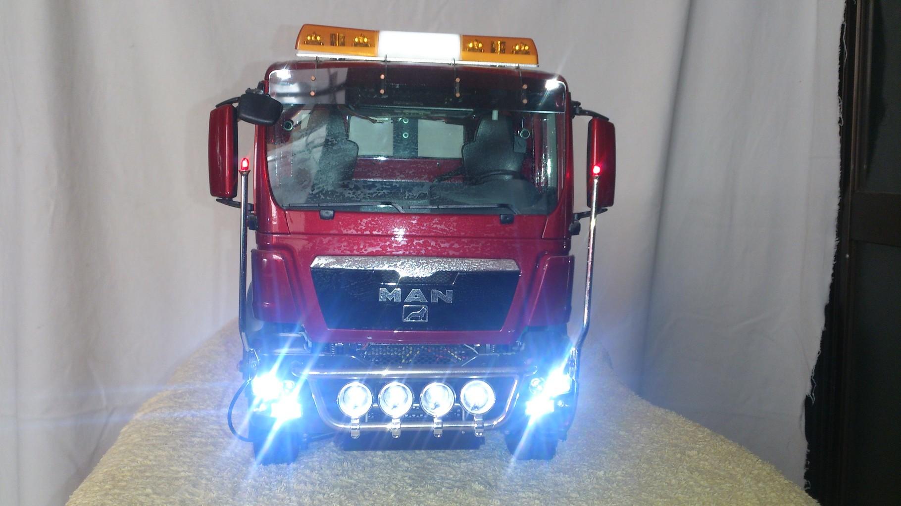 ScaleART MAN TGS アームロールトラック8x8_ロービーム、ハイビームとフォグライト点灯