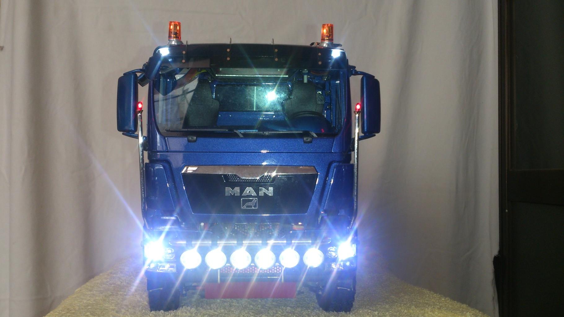 ScaleART MAN TGS ハーフパイプダンプトラック_ロービームとグリルランプ点灯