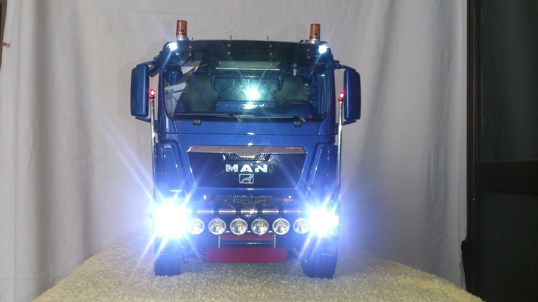 ScaleART MAN TGS ハーフパイプダンプトラック_ロービームとハイビーム点灯