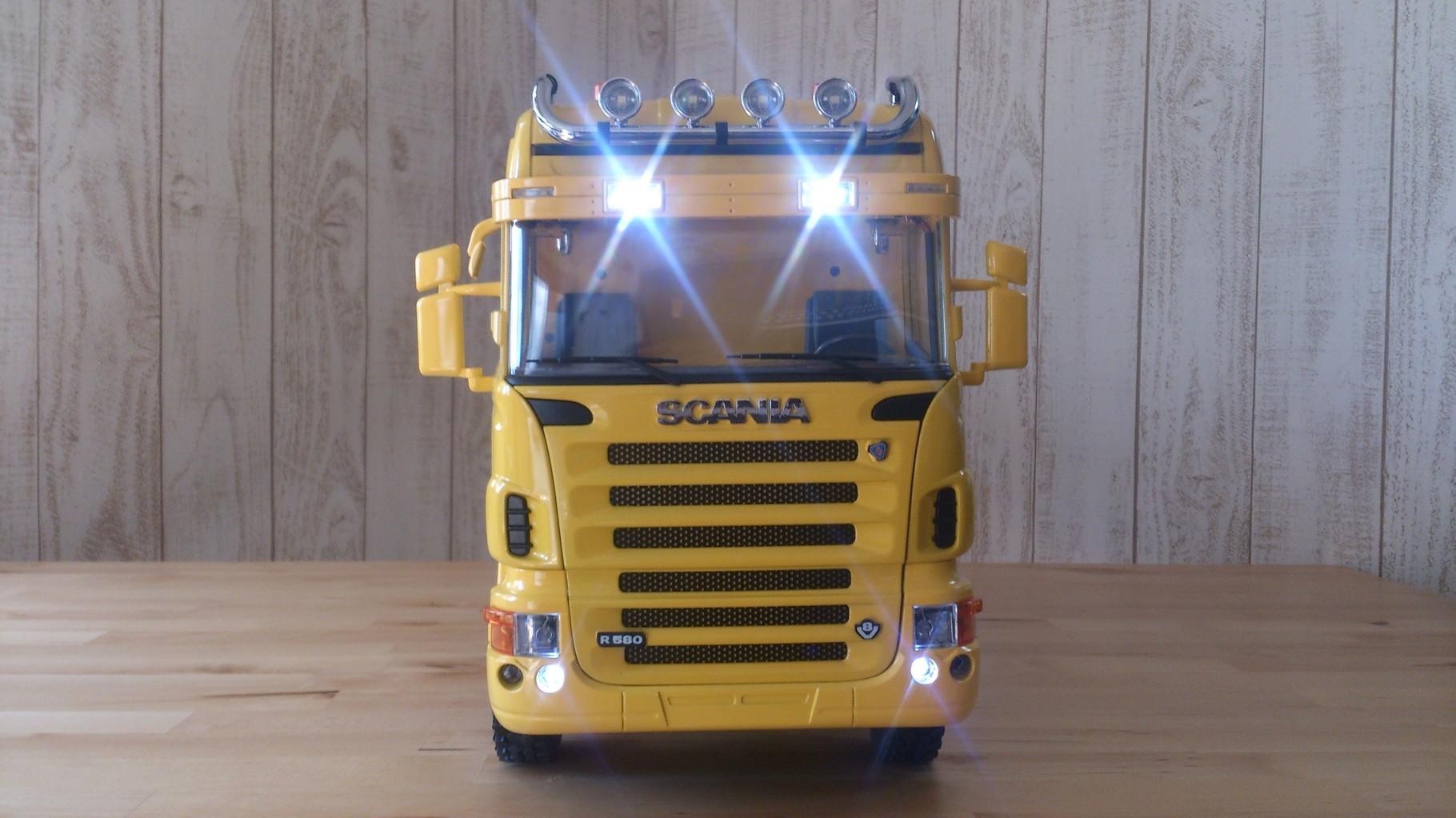 スカニア4軸3転ダンプトラック_サンブラインドのタウンライト、ビームライトとロービーム点灯