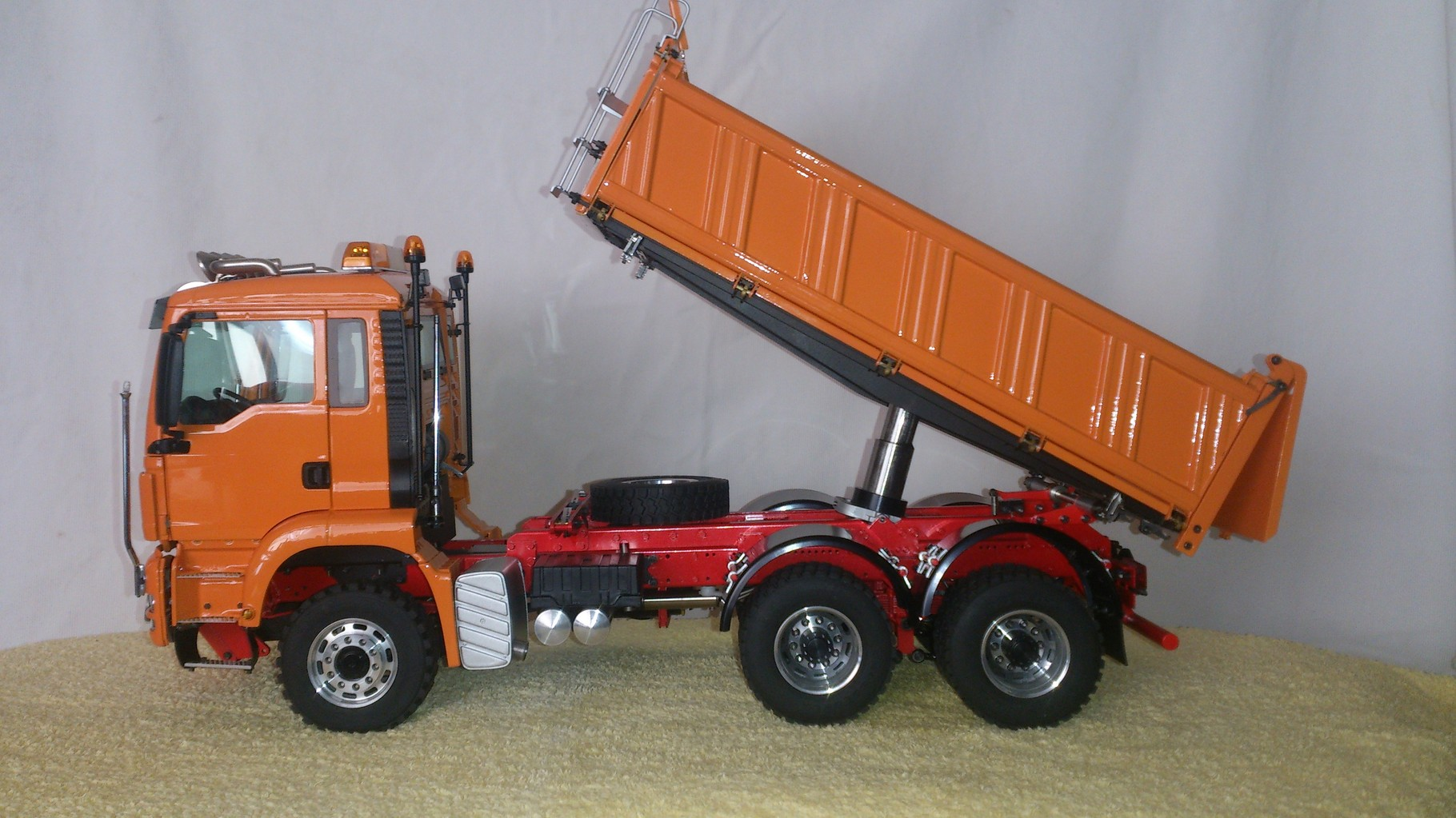ScaleART MAN TGS 3軸3転ダンプトラック_左側面ダンプ上昇時