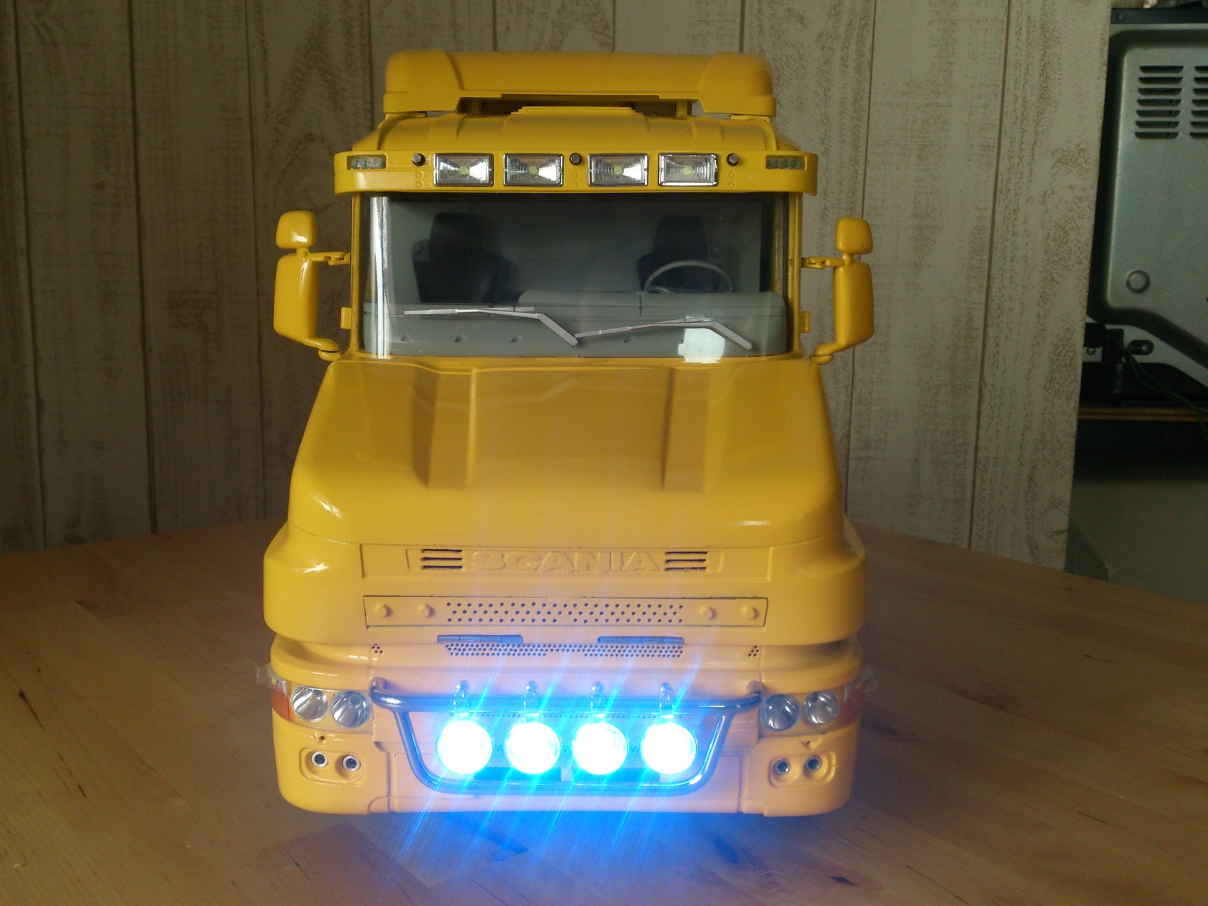 Scania CT19のフォグランプ点灯