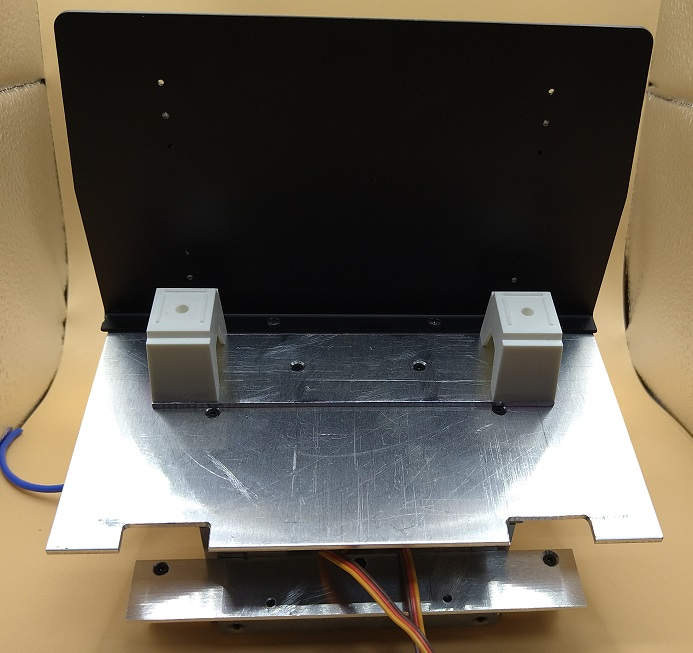 背板でキャブを区切るので、背面の電池は見えません