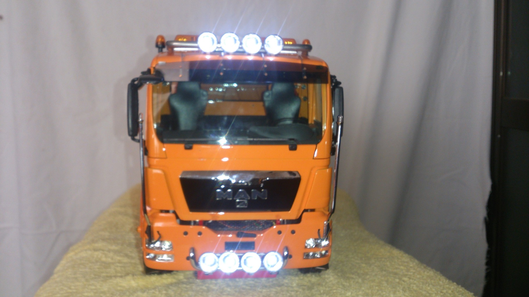 ScaleART MAN TGS 3軸3転ダンプトラック_ルーフライトとフォグライト点灯