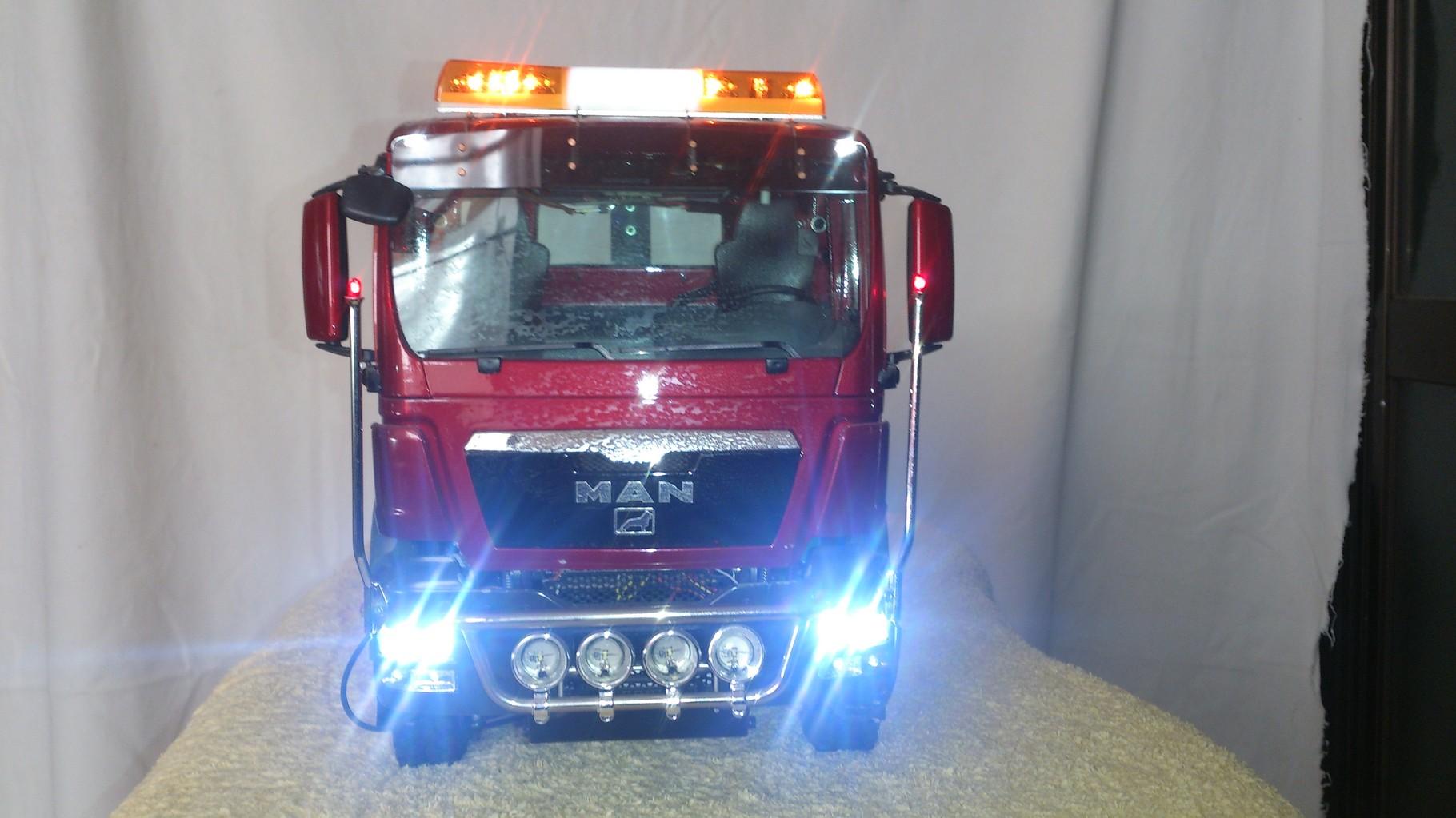 SacleART MAN TGS アームロールトラック8x8ロービームとハイビーム点灯
