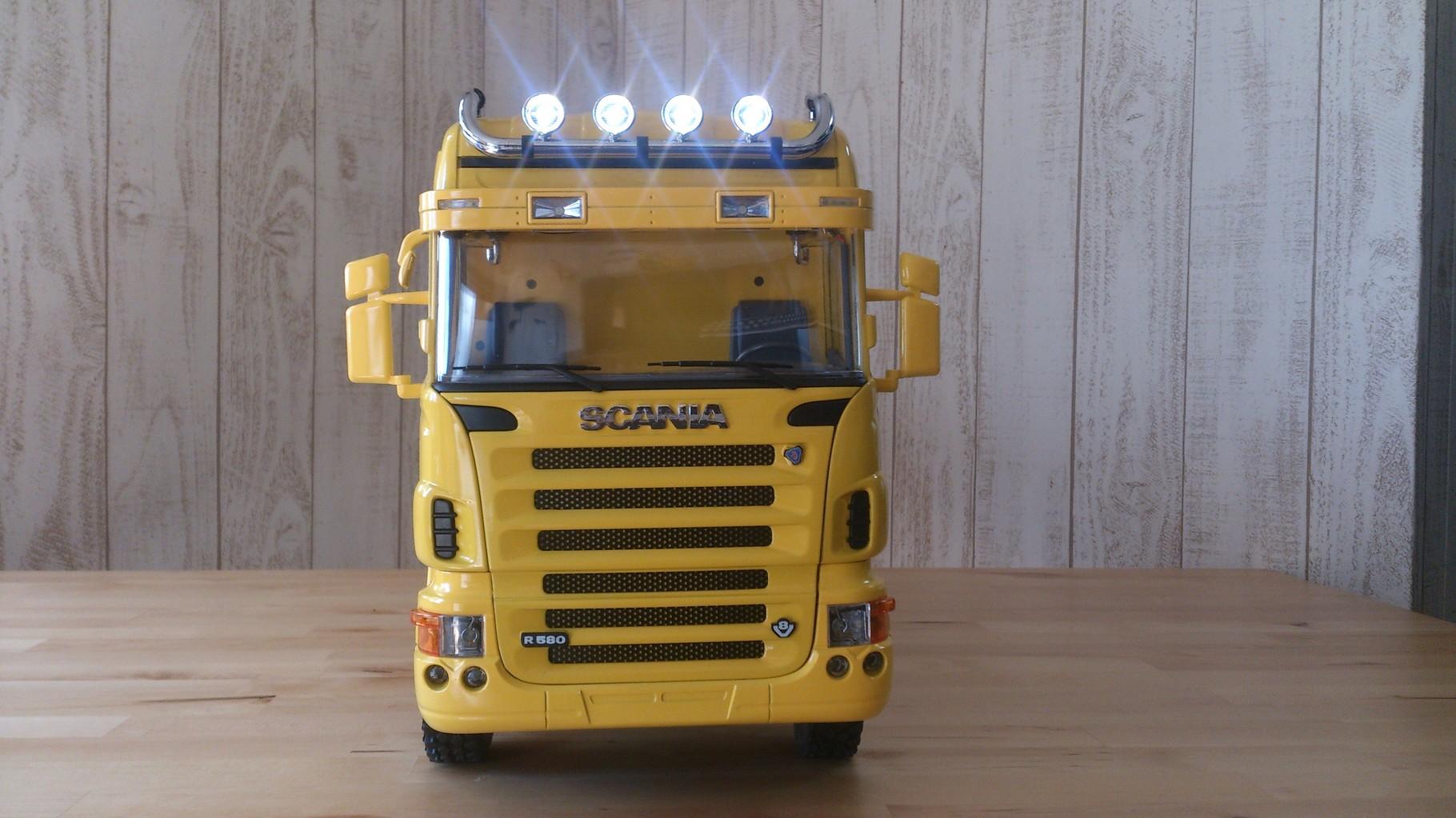 スカニア4軸3転ダンプトラック_ルーフライト点灯