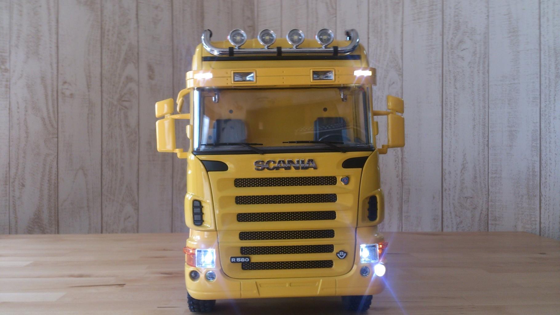 スカニア4軸3転ダンプトラック_サンブラインドのタウンライト、ロービームとウィンカー左点灯
