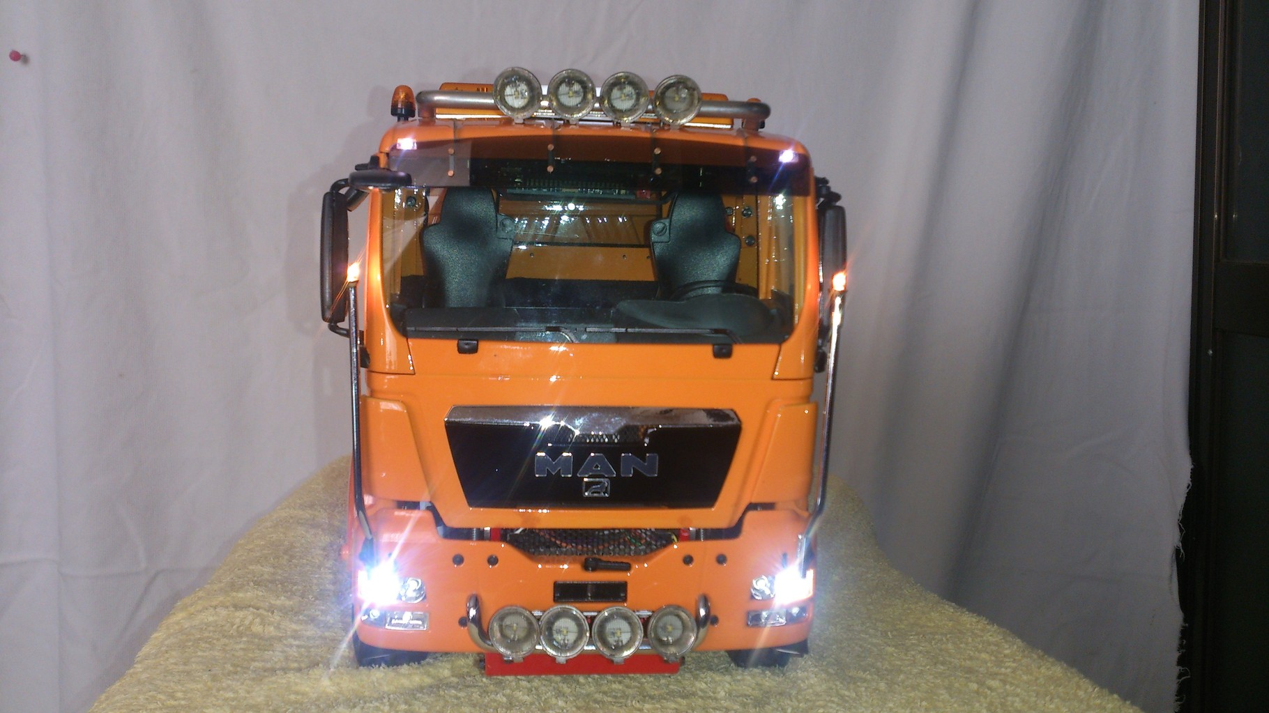 ScaleART MAN TGS 3軸3転ダンプトラック_ロービーム点灯
