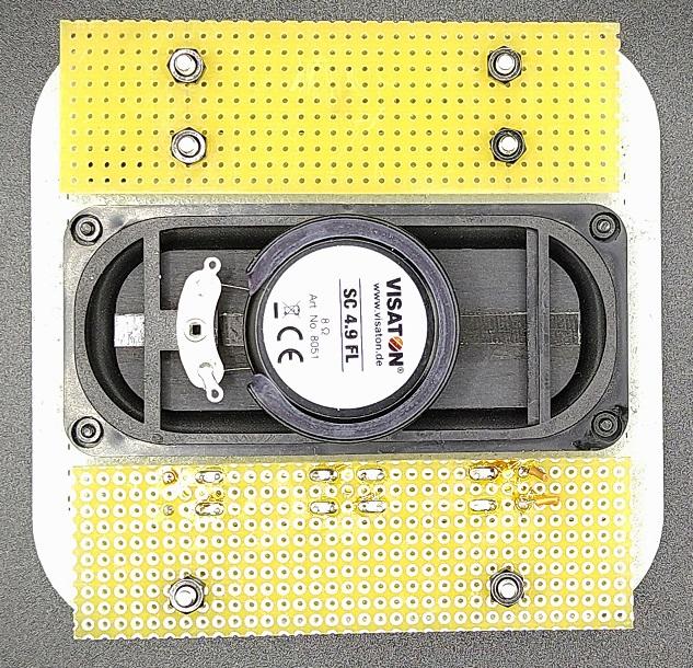 スピーカー取付板背面に配線用のプリント基板を設置