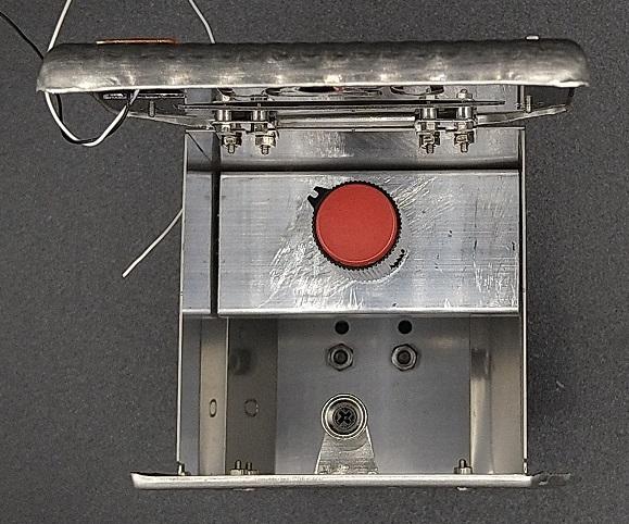 エキゾーストボックスに入れた音量ボリューム兼電源スイッチ