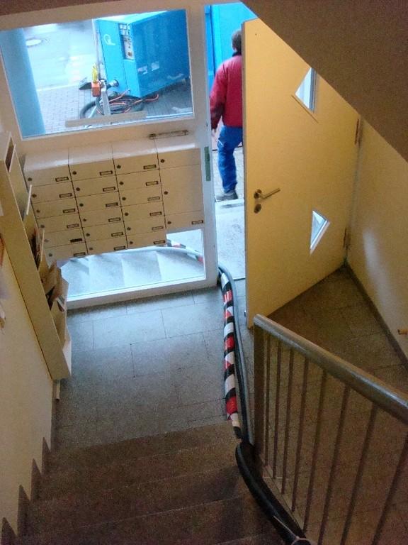 Führung der Druckluftleitungen durch die Haustür (tagsüber; nachts wurden die Leitugnen  entfernt))