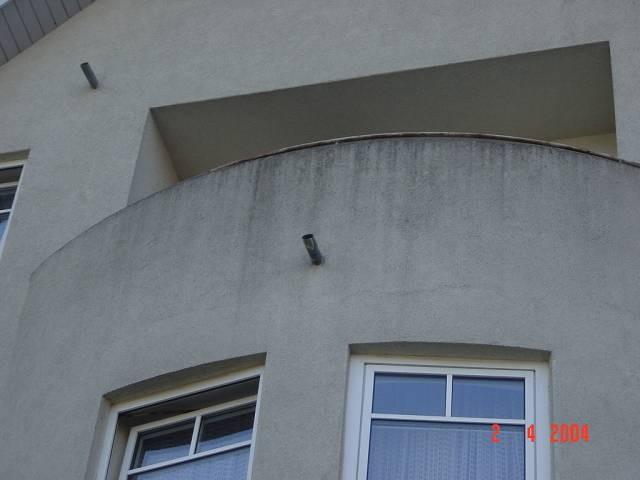 Vergrauung durch schmutz an den Balkonbrüstungen