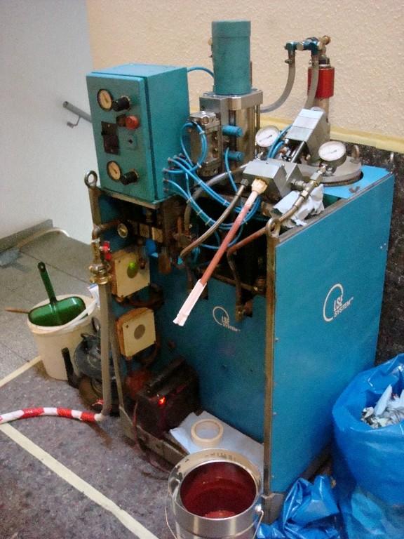 Spezialmaschine zum Anmischen des auf die Sanierungslänge abgestimmten Epoxidharzes