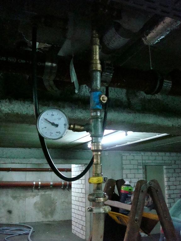Abdrücken der Leitungen nach dem Ausfräsen mit dem Korund-Luft-Gemisch