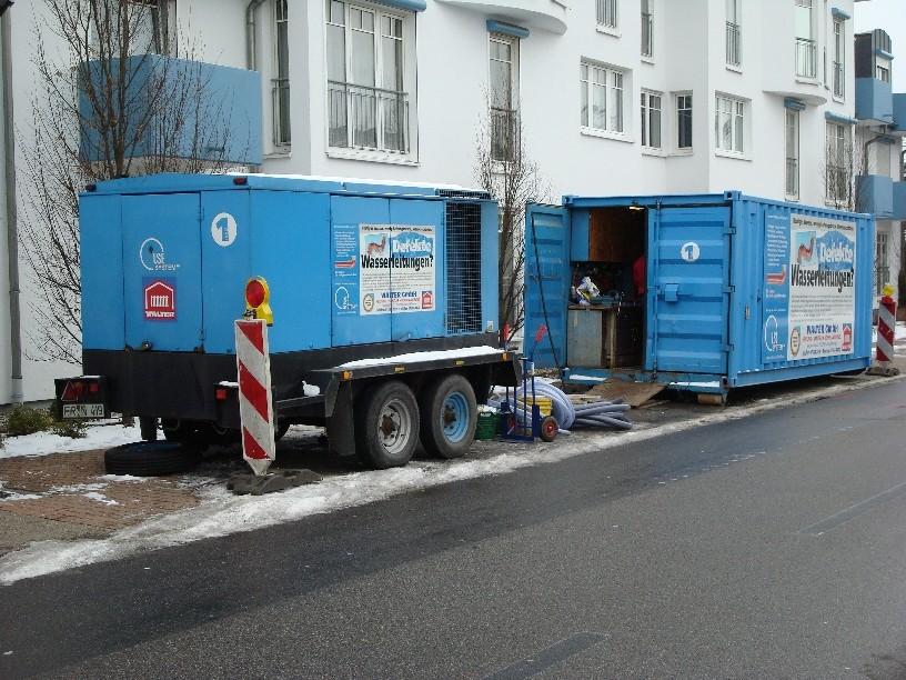 Baustelleneinrichtung an der Straße (Kompressor, Werkstattcontainer)