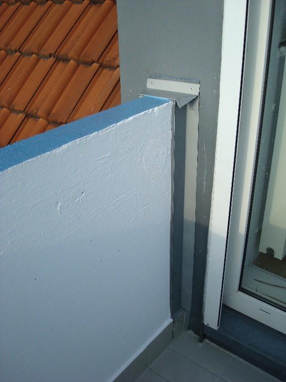 Sanierte Balkonbrüstung mit abgedichtetem Anschluss an die Hauswand