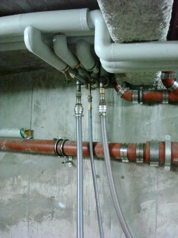 Anschluss der Trocknungsleitungen im Kellerbereich der Steigleitungen (Kaltwasser-, Warmwasser- und Zirkulationsleitung) nach der Entleerung