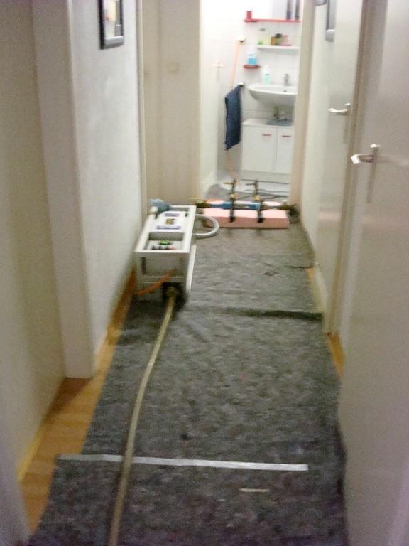 Verlegung der Schläuche für das Reinigungsmittel (Korund-Luft-Gemisch)