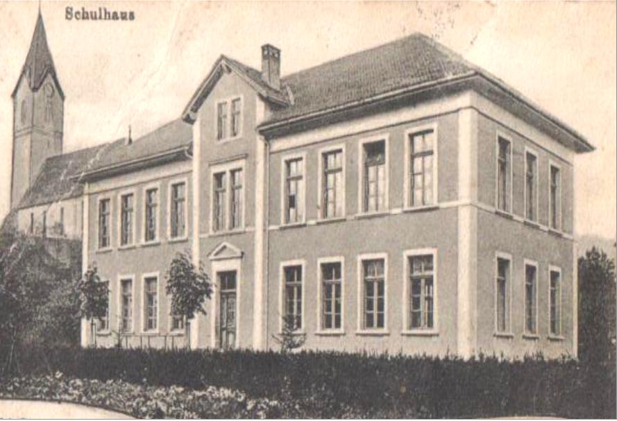 Herznacher Schulhaus von 1898, in dessen Erdgeschoss sich lange Zeit das Probelokal der Musikgesellschaft befand (heute im Obergeschoss)