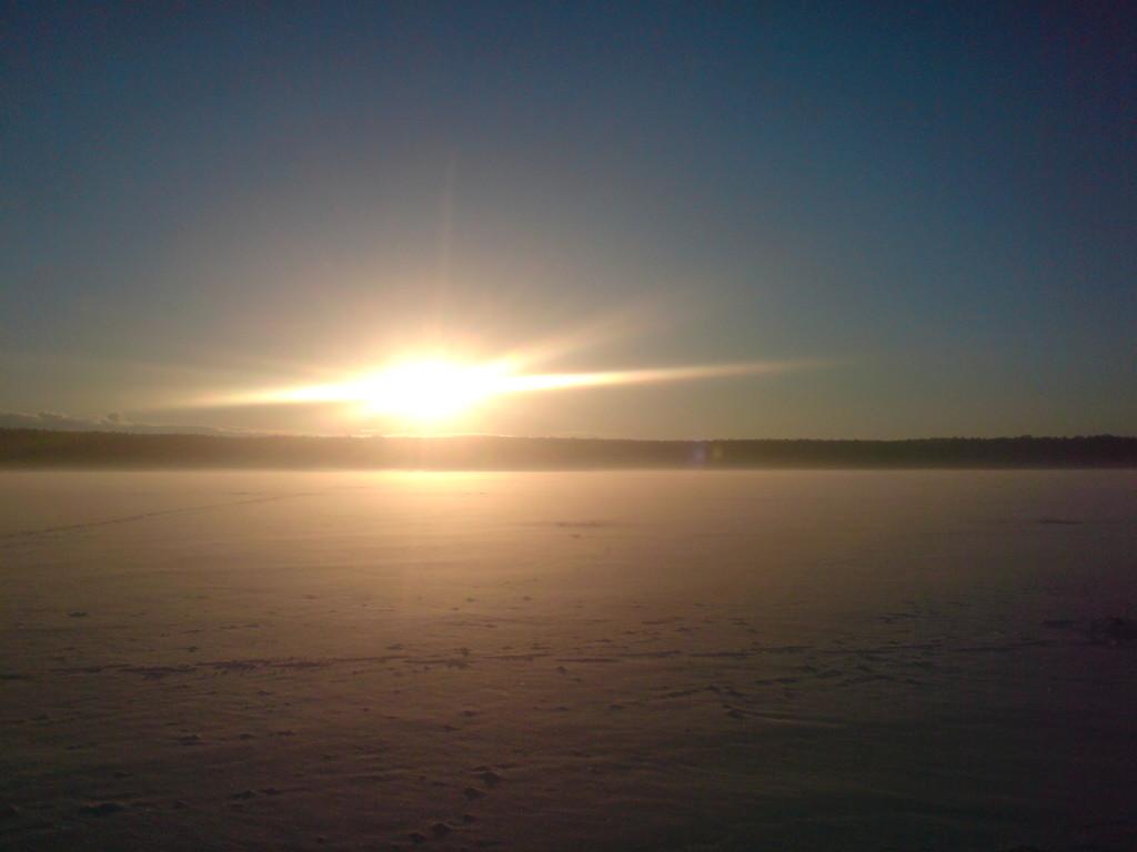 Sonnenaufgang über den Eisflächen des Plauer See
