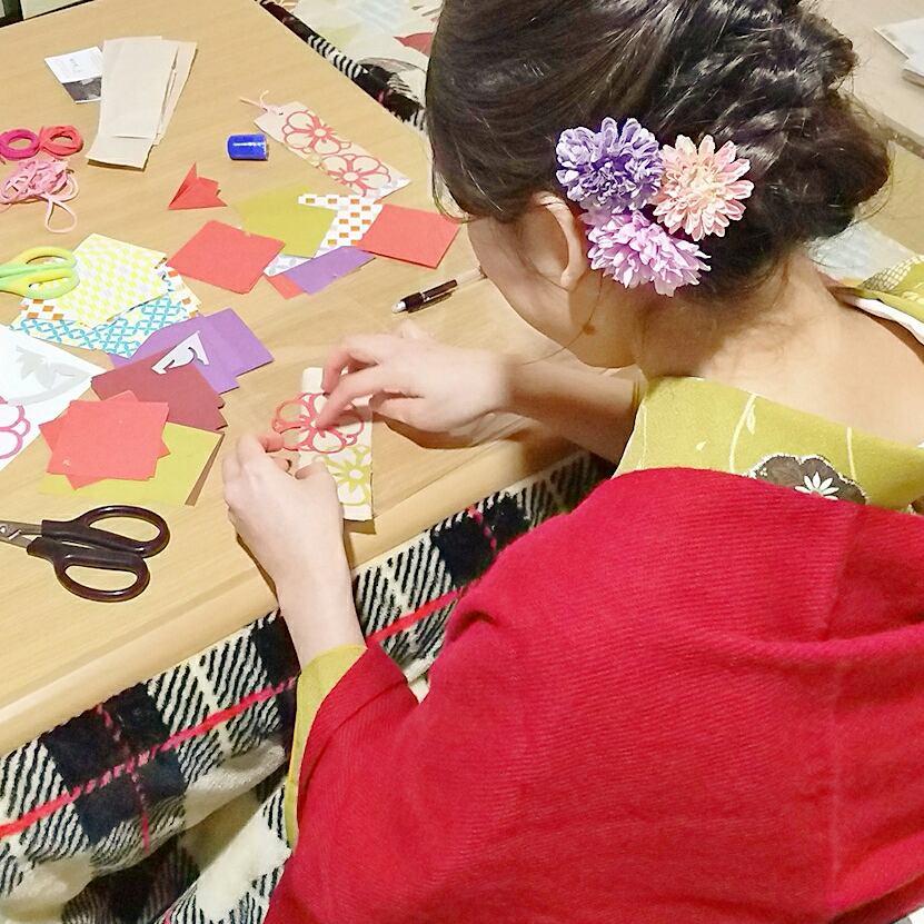 広げると五枚の花弁。横野の和紙の栞に貼ります。