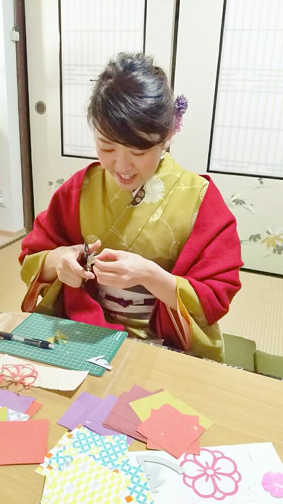 折り紙を折って、花びらの型の印に切ります。