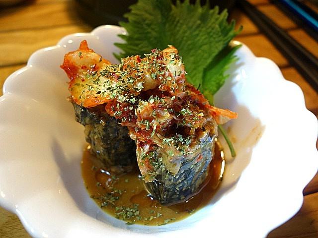 サバの味噌煮缶詰とキムチ。ごま油をかけてぐちゃぐちゃにして食べると旨い。