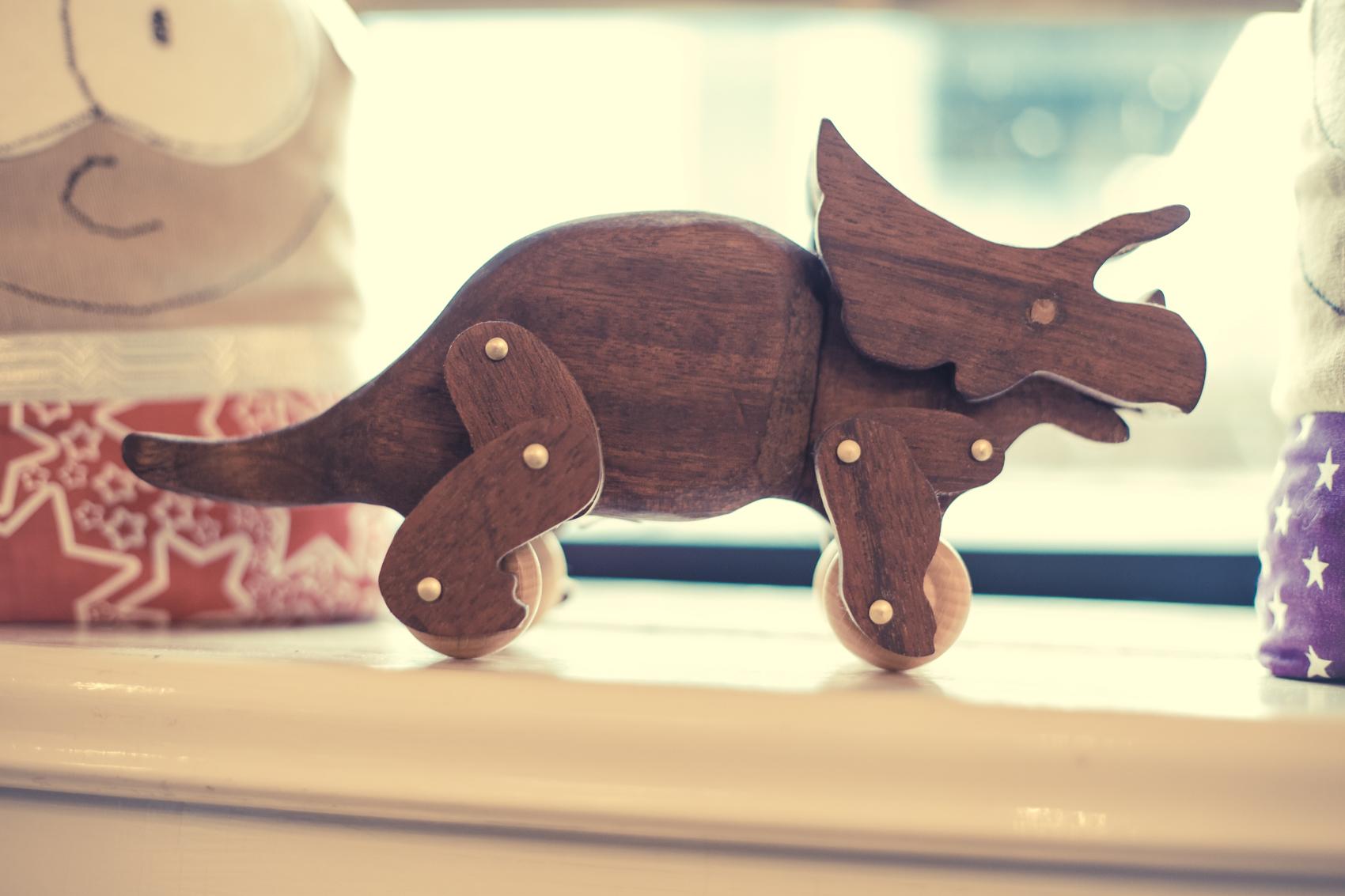 Grrrow! Der kleine Triceratops tut keinem was. Er wurde von einem örtlichen Designer handgefertigt.