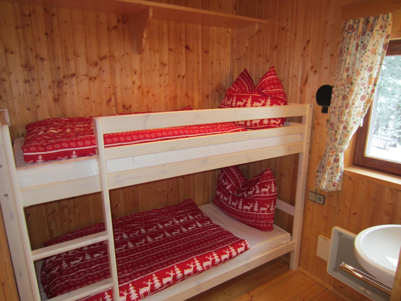 Zirbenwald Lodge - Kinderzimmer mit Stockbett und Waschgelegenheit im Wohngeschoss