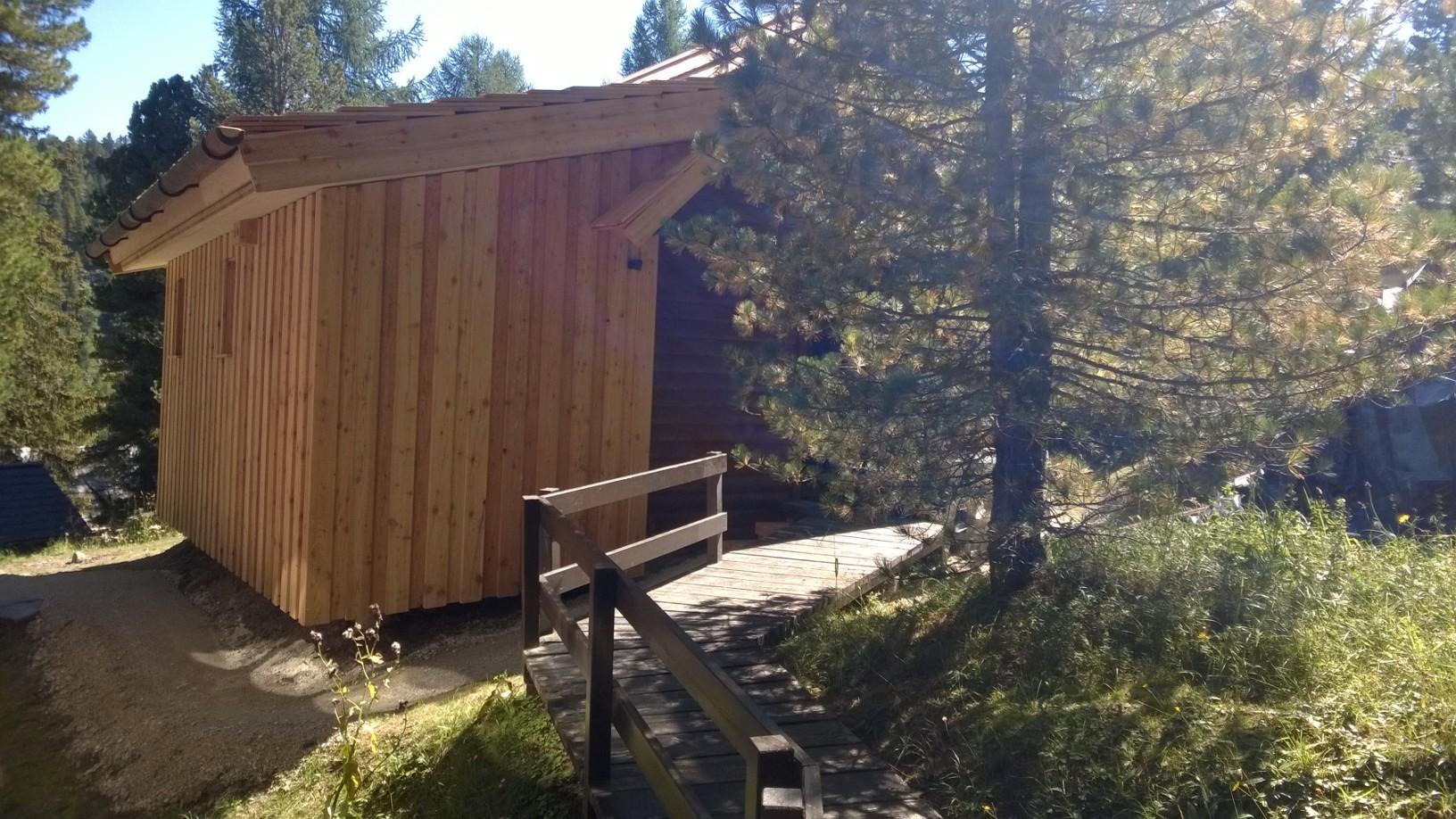 Zirbenwald-Chalet Turracher Höhe - Nordansicht mit Holzsteg