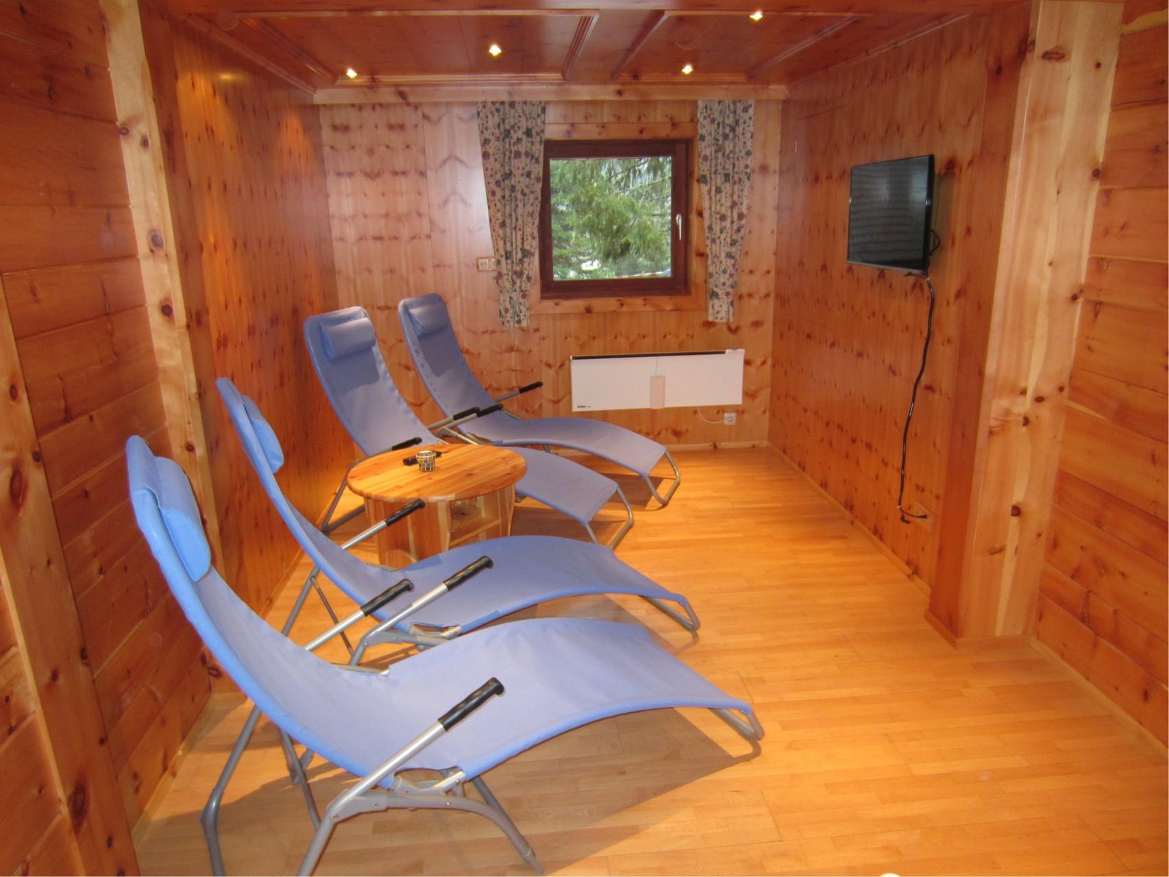 Zirbenwald Lodge - Ruhebereich mit Flatscreen