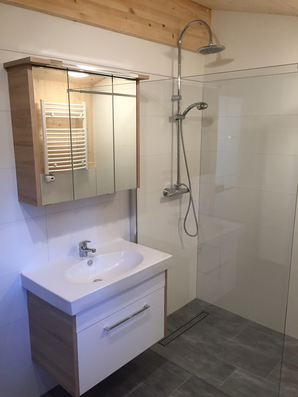 Bad mit ebenerdiger Regendusche, Fußbodenheizung, Handtuchheizkörper, Infrarotsauna