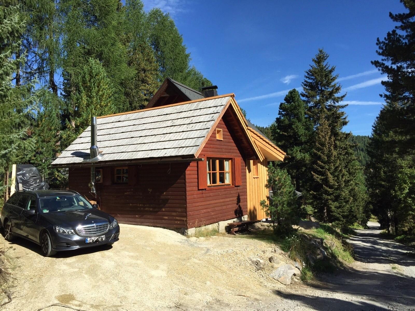 Zirbenwald-Chalet Turracher Höhe - Westansicht mit großem Stellplatz