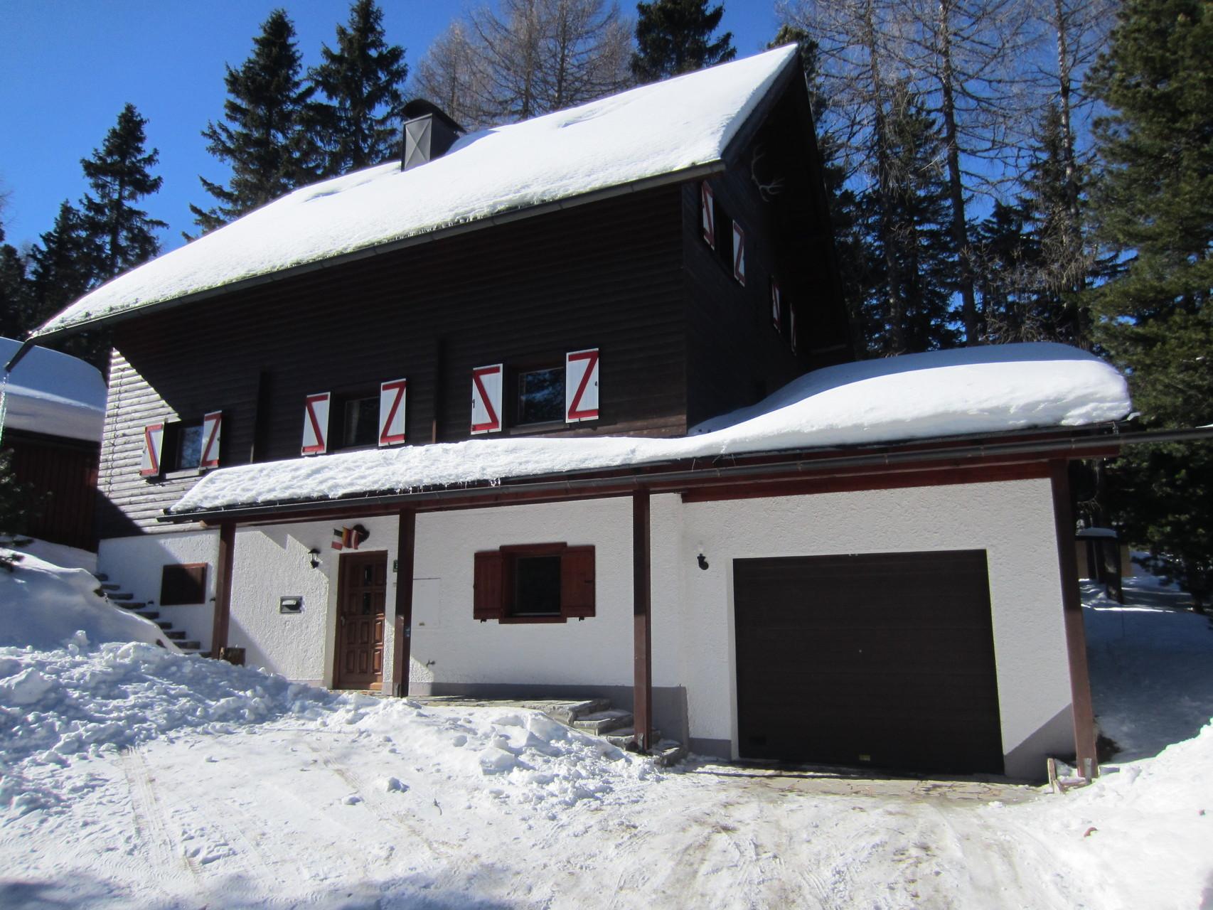 Winteransicht mit Garage und Stellplätzen