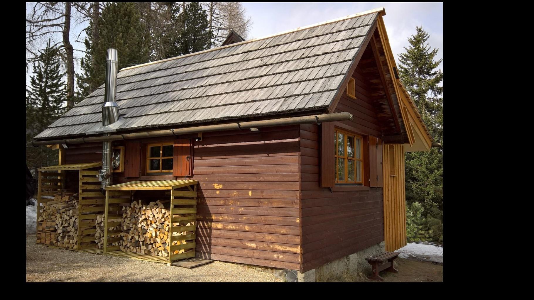 Zirbenwald-Chalet Turracher Höhe - mit Holz vor der Hütte