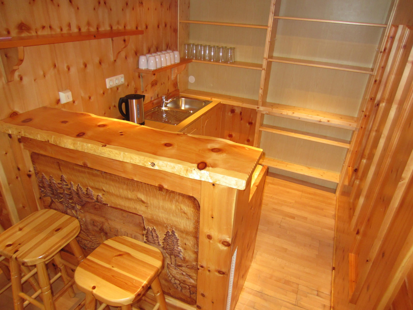 Zirbenwald Lodge - Teeküche / Bar im Ruhebereich