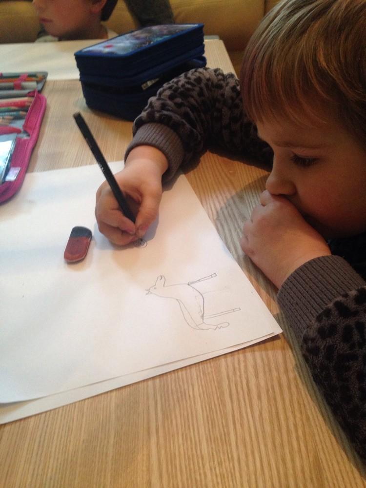 Laura malt eine Bildergeschichte