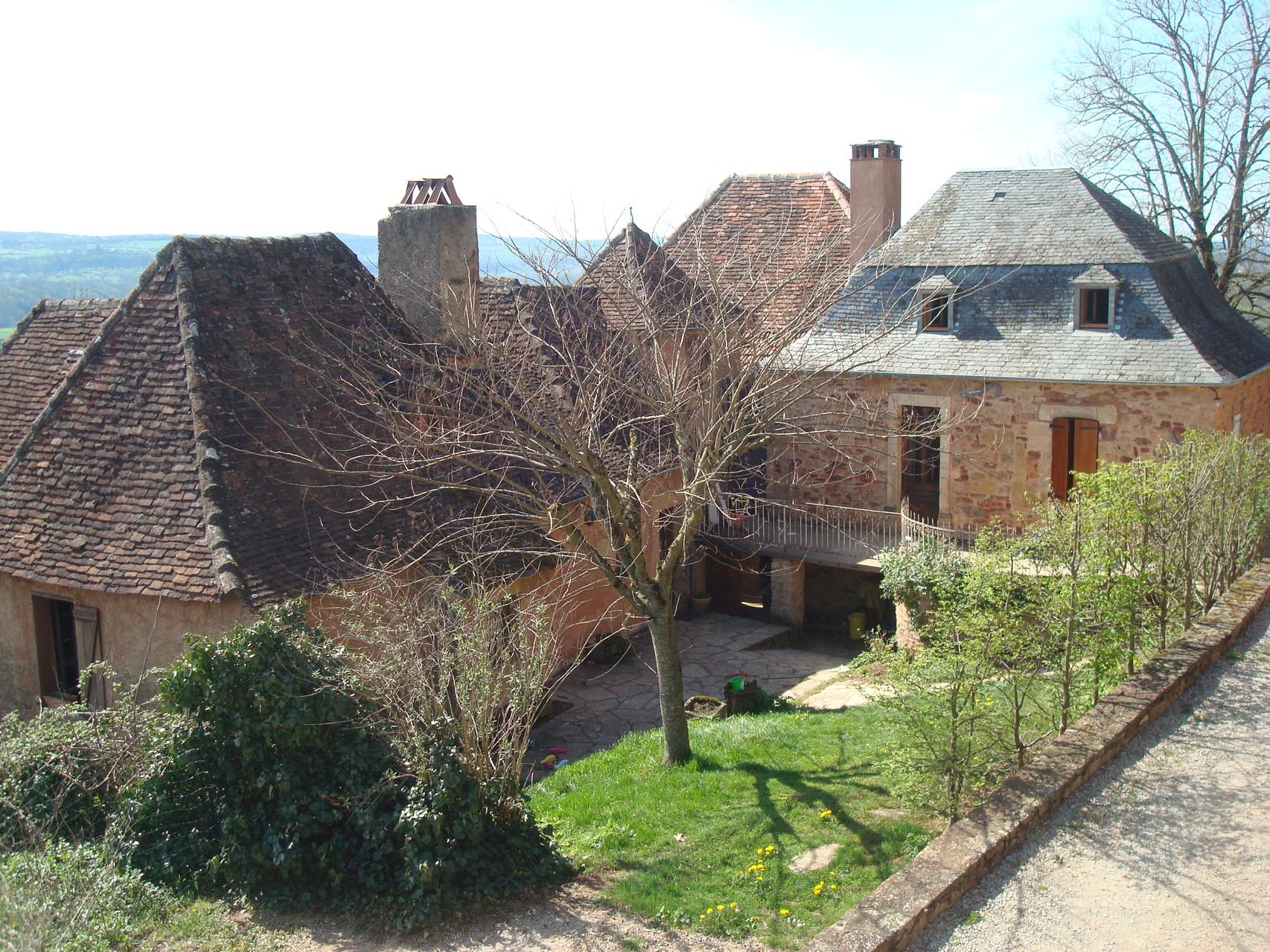 La maison de tuiles à gauche, la maison d'ardoises à droite