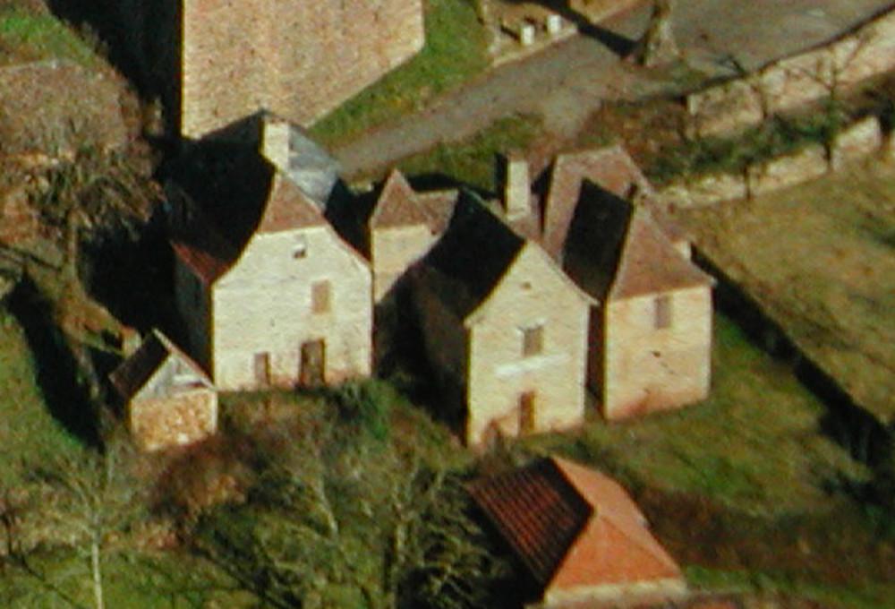 La maison d'ardoises à gauche, la maison de tuiles à droite