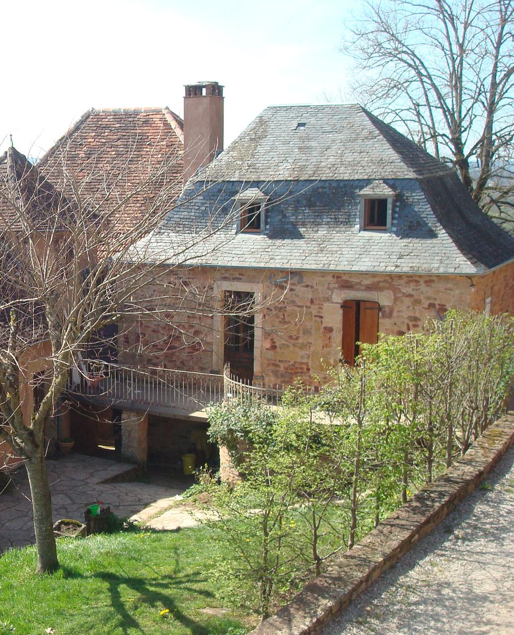 La maison d'ardoises avec sa terrasse