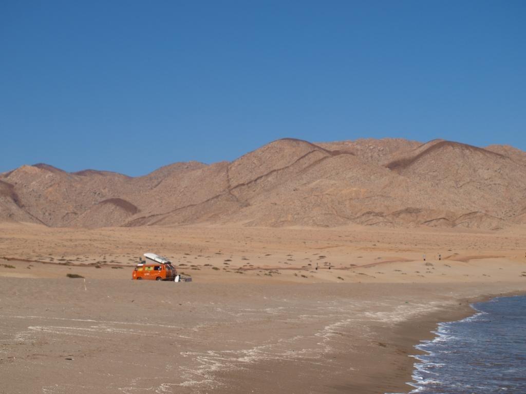 einsamer Wüstenstellplatz am Meer
