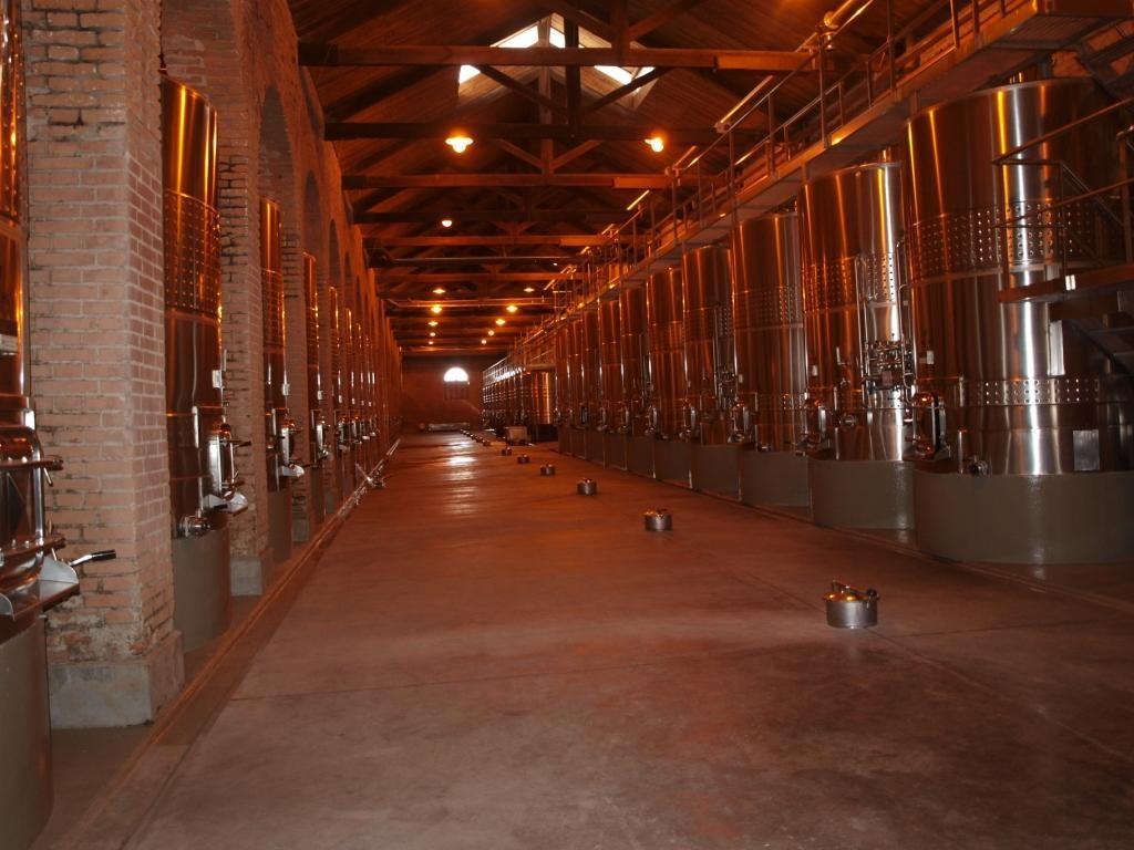 120 Stahltanks an 13000 Litern Wein...