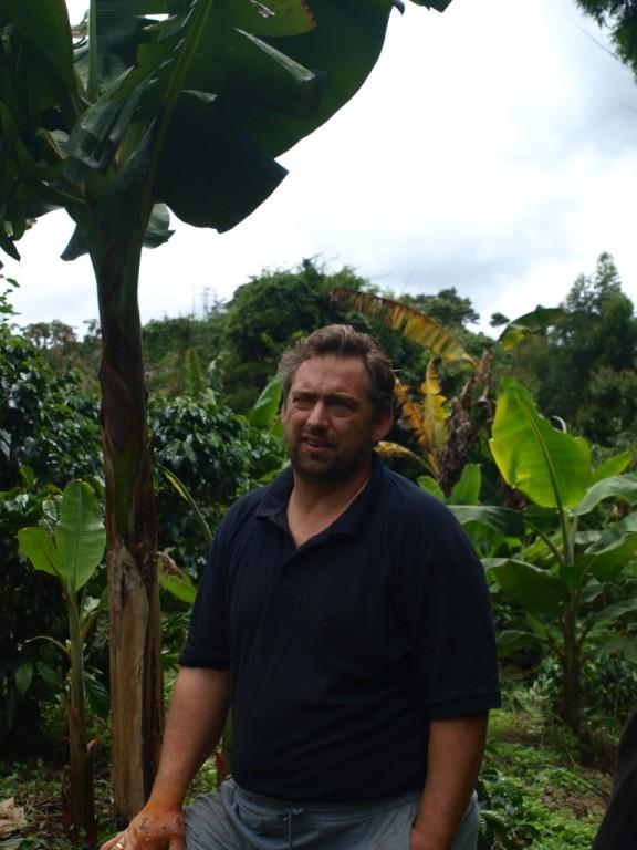 Jan führt uns durch seine Plantagen auf der Finca
